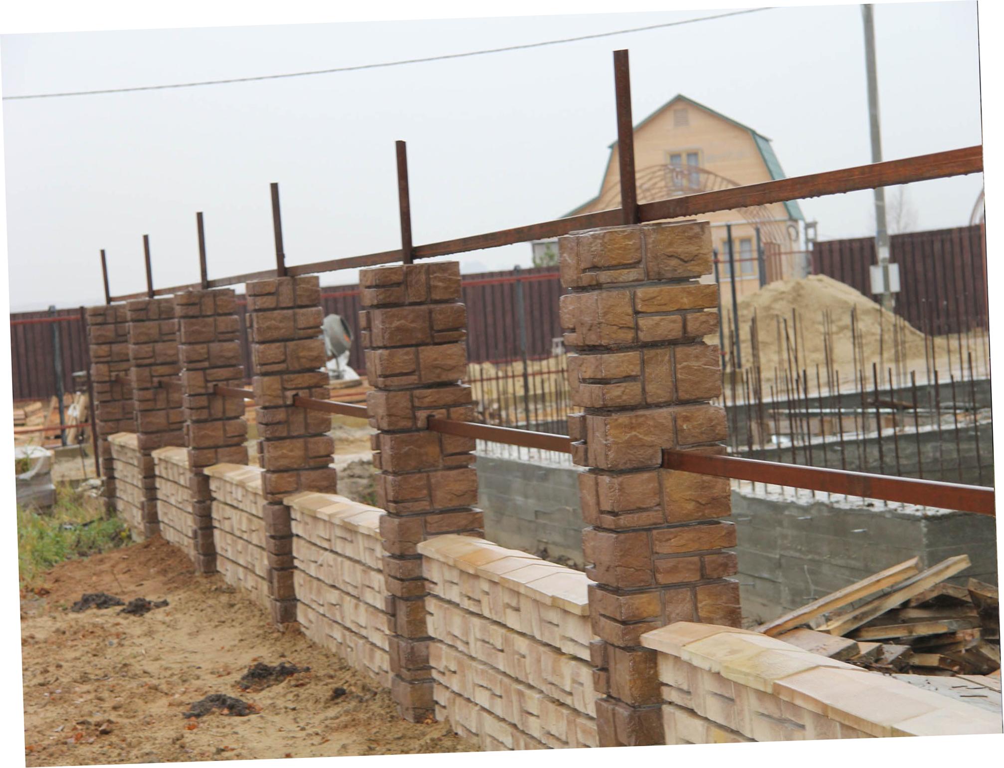 Изготовление и установка столбов забора из декоративных блоков